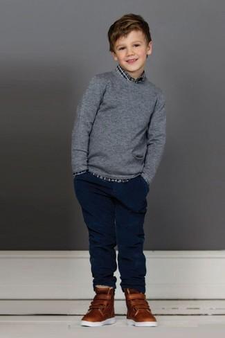 Как и с чем носить: серый свитер, серая рубашка с длинным рукавом в шотландскую клетку, темно-синие джинсы, коричневые кеды