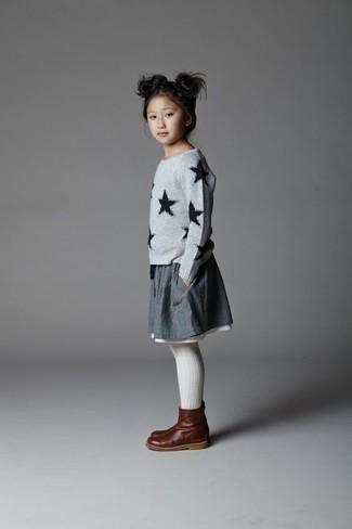 Как и с чем носить: серый свитер со звездами, серая юбка, темно-коричневые кожаные ботинки, белые колготки