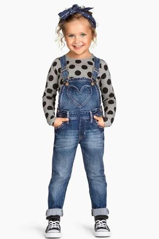 Как и с чем носить: серый свитер, синие джинсовые штаны-комбинезон, черные кеды