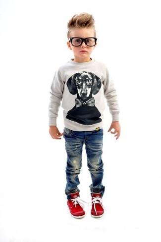 Как и с чем носить: серый свитер, синие джинсы, красные кеды