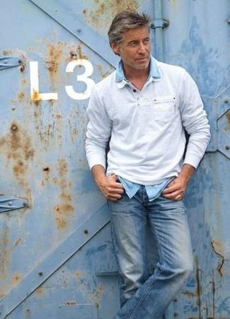 Как и с чем носить: серый свитер с воротником поло, голубая джинсовая рубашка, синие джинсы