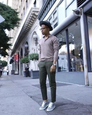 Темно-зеленые брюки чинос: с чем носить и как сочетать: Если ты принадлежишь к той редкой группе молодых людей, способных ориентироваться в модных тенденциях, тебе понравится сочетание серого свитера с воротником поло и темно-зеленых брюк чинос. Пара серых низких кед добавит образу легкой небрежности и динамичности.