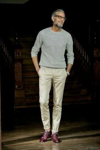 Как и с чем носить: серый свитер с круглым вырезом, бежевые классические брюки, темно-красные кожаные туфли дерби, серебряные часы