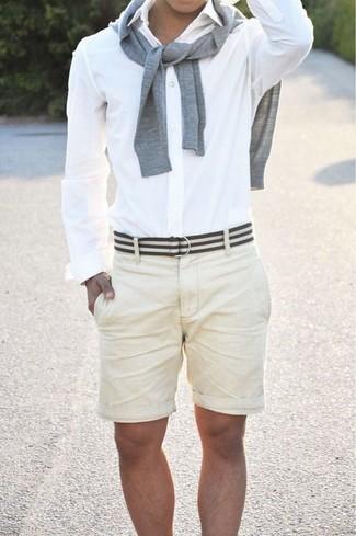 Как и с чем носить: серый свитер с круглым вырезом, белая классическая рубашка, бежевые шорты, бело-черный ремень из плотной ткани в горизонтальную полоску