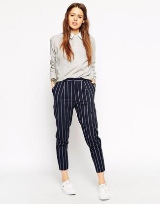 Как и с чем носить: серый свитер с круглым вырезом, белая классическая рубашка, темно-синие классические брюки в вертикальную полоску, белые низкие кеды