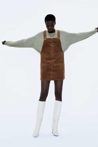Как и с чем носить: серый свитер с круглым вырезом, коричневый замшевый сарафан, белые кожаные сапоги, золотое колье