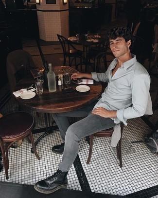Мужские луки в стиле кэжуал: Сочетание серого свитера с круглым вырезом и темно-серых зауженных джинсов позволит выглядеть стильно, а также подчеркнуть твой личный стиль. Не прочь сделать лук немного строже? Тогда в качестве обуви к этому ансамблю, обрати внимание на черные кожаные повседневные ботинки.