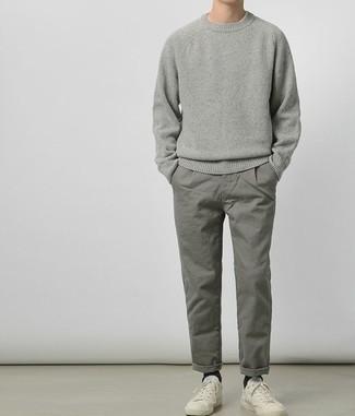 Модные мужские луки 2020 фото: Серый свитер с круглым вырезом и серые брюки чинос будет великолепной идеей для непринужденного образа на каждый день. Чтобы ансамбль не получился слишком претенциозным, можешь закончить его белыми низкими кедами.