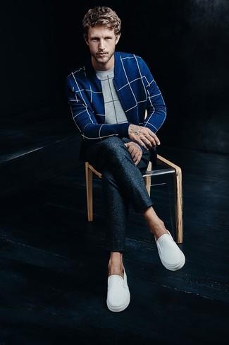 Как и с чем носить: серый свитер с круглым вырезом в клетку, синий свитер на молнии в клетку, темно-синие шерстяные классические брюки, белые слипоны