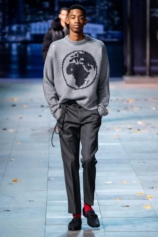 Как и с чем носить: серый свитер с круглым вырезом с принтом, темно-серые классические брюки, черные замшевые лоферы, красные носки