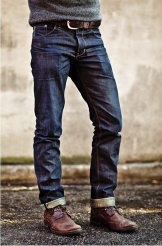 Серый свитер с круглым вырезом и темно-синие джинсы — идеальный вариант непринужденного повседневного лука. Темно-красные кожаные дезерты станут прекрасным дополнением к твоему луку.