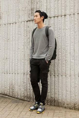 Как и с чем носить: серый свитер с круглым вырезом, черные брюки карго, серые кроссовки, черный кожаный рюкзак
