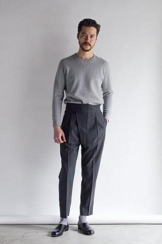Модные мужские луки 2020 фото: Сочетание серого свитера с круглым вырезом и черных классических брюк поможет составить запоминающийся мужской лук. Очень удачно здесь будут смотреться черные кожаные лоферы.