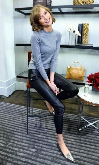 Как и с чем носить: серый свитер с круглым вырезом, черные кожаные узкие брюки, серебряные кожаные лоферы, горчичная кожаная сумочка