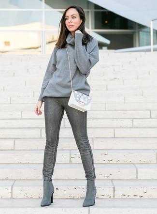 Как и с чем носить: серый свитер с хомутом, темно-серые джинсы скинни, серые замшевые ботинки челси, белая кожаная сумка через плечо с украшением