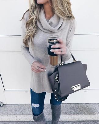 Как и с чем носить: серый свитер с хомутом, темно-синие рваные джинсы скинни, темно-серые замшевые ботфорты, черная кожаная сумка-саквояж