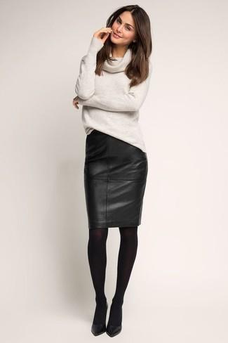 Как и с чем носить: серый свитер с хомутом, черная кожаная юбка-карандаш, черные кожаные туфли, черные колготки