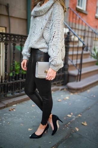 Как и с чем носить: серый свитер с хомутом, черные кожаные леггинсы, черные замшевые туфли, серый кожаный клатч
