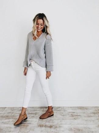 Женские луки: Если ты принадлежишь к той категории леди, которые одеваются стильно, тебе полюбится сочетание серого свитера с v-образным вырезом и белых джинсов скинни. В качестве завершения этого наряда сюда просятся светло-коричневые кожаные ботильоны с вырезом.
