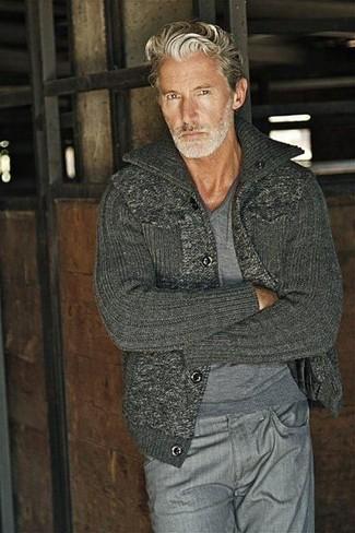 Как и с чем носить: серый свитер с v-образным вырезом, темно-серый вязаный кардиган, серые джинсы