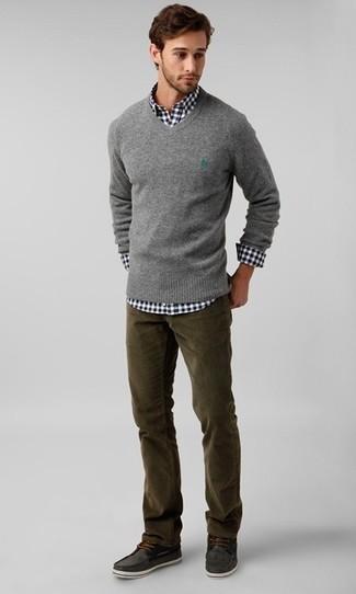 Как и с чем носить: серый свитер с v-образным вырезом, черно-белая рубашка с длинным рукавом в мелкую клетку, оливковые вельветовые джинсы, темно-серые замшевые топсайдеры