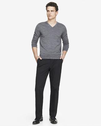 Как и с чем носить: серый свитер с v-образным вырезом, черные классические брюки, черные кожаные ботинки дезерты