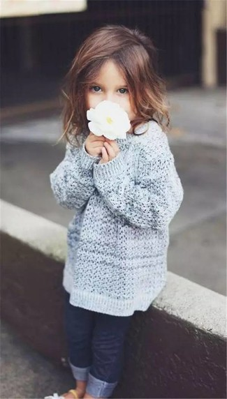 Как и с чем носить: серый свитер, темно-синие джинсы, белые босоножки