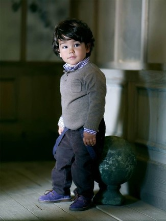 Как и с чем носить: серый свитер, темно-синяя рубашка с длинным рукавом, темно-синие джинсы, темно-синие ботинки