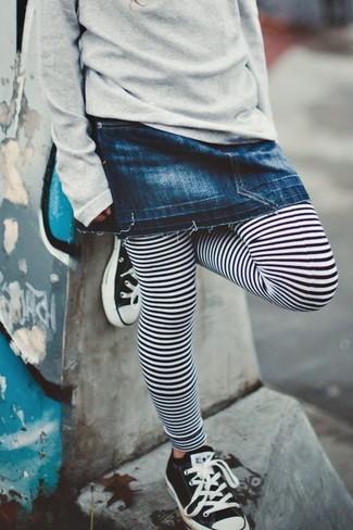 Как и с чем носить: серый свитер, темно-синяя джинсовая юбка, бело-черные леггинсы в горизонтальную полоску, черно-белые кеды