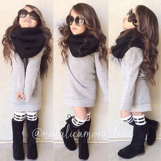 Как и с чем носить: серый свитер, черные ботинки, черный шарф, бело-черные носки в горизонтальную полоску
