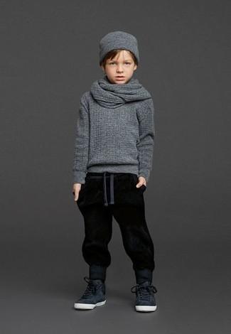 Как и с чем носить: серый свитер, черные спортивные штаны, черные кеды, серая шапка
