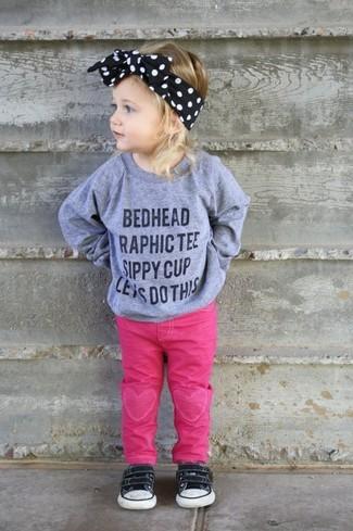 Как и с чем носить: серый свитер с принтом, ярко-розовые джинсы, черные кеды, черный ободок/повязка