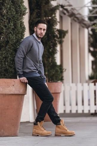 Серый свитшот: с чем носить и как сочетать мужчине: Друзья безусловно оценят твой стиль, когда увидят тебя в сером свитшоте и черных джинсах. В паре со светло-коричневыми замшевыми рабочими ботинками весь ансамбль смотрится очень динамично.