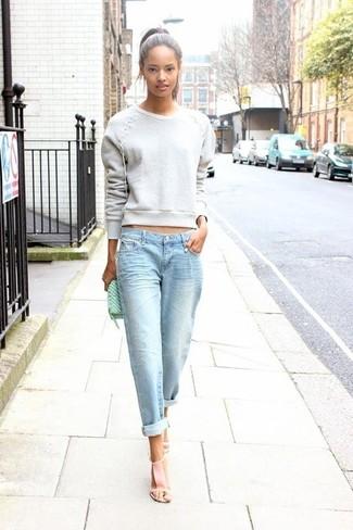 Серый свитшот и голубые джинсы-бойфренды помогут создать простой и удобный лук для выходного дня в парке или похода по магазинам. Розовая обувь помогут сделать образ менее официальным.