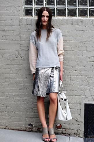 Как и с чем носить: серый свитшот, серебряная кожаная мини-юбка, серые кожаные босоножки на каблуке, белая кожаная большая сумка