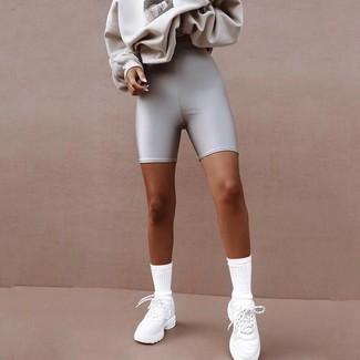 Как и с чем носить: серый свитшот с принтом, серебряные велосипедки, белые кроссовки, белые носки