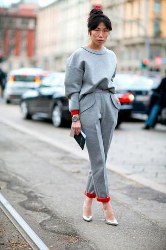 Как и с чем носить: серый свитшот, серые шерстяные классические брюки, серебряные кожаные туфли, серые кожаные часы
