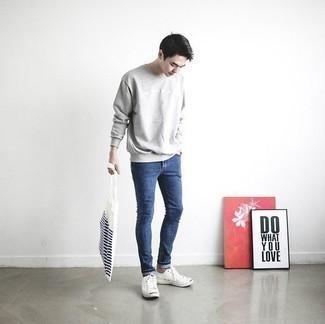 Серый свитшот: с чем носить и как сочетать мужчине: Рекомендуем взять на заметку это удобное сочетание серого свитшота и синих зауженных джинсов. В паре с этим ансамблем наиболее удачно выглядят белые низкие кеды из плотной ткани.