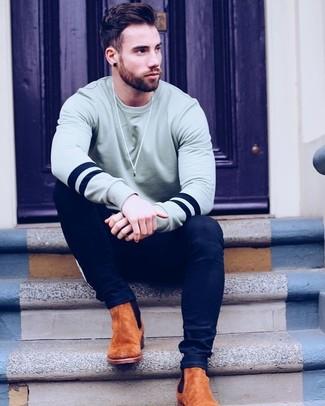 Как и с чем носить: серый свитшот, темно-синие зауженные джинсы, табачные замшевые ботинки челси