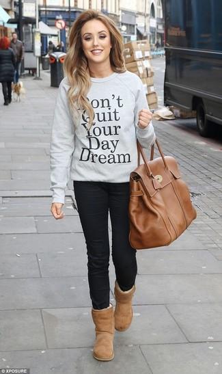 Как и с чем носить: серый свитшот с принтом, черные джинсы скинни, светло-коричневые угги, коричневая кожаная большая сумка