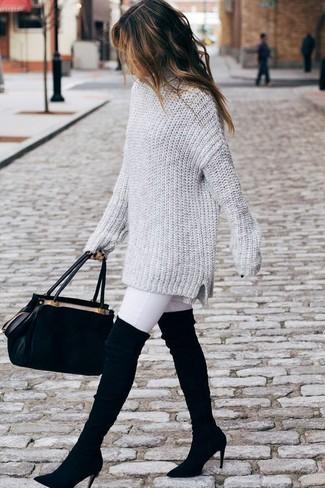 Как и с чем носить: серый вязаный свободный свитер, белые джинсы скинни, черные замшевые ботфорты, черная замшевая сумка-саквояж