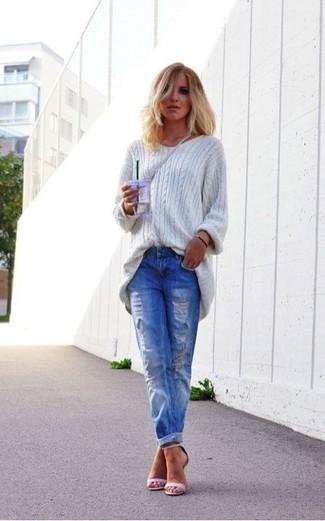 Для выходного дня в компании друзей отлично подойдет сочетание серого свободного свитера и синих рваных джинсов-бойфрендов. И почему бы не добавить в этот образ немного непринужденности с помощью розовой обуви?