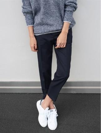 Как и с чем носить: серый свободный свитер, темно-синие классические брюки, белые низкие кеды