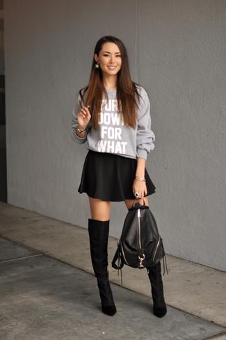 Модный лук: Серый свободный свитер с принтом, Черная короткая юбка-солнце, Черные замшевые ботфорты, Черный кожаный рюкзак