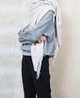 Как и с чем носить: серый свободный свитер, черные классические брюки, белый шарф