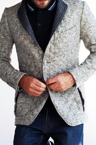 Приверженцам стиля business casual должно понравиться сочетание серого стеганого пиджака и темно-синих джинсов.