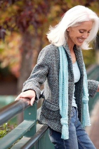 Синие джинсы: с чем носить и как сочетать женщине: Если ты принадлежишь к той редкой категории барышень, способных неплохо ориентироваться в одежде, тебе придется по вкусу ансамбль из серого твидового жакета и синих джинсов.