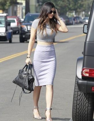 серый укороченный топ белая юбка карандаш серебряные босоножки на каблуке черная большая сумка large 1091