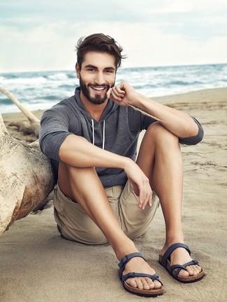 Как и с чем носить: серый худи, бежевые шорты, темно-синие кожаные сандалии