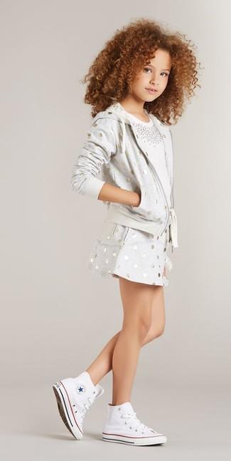 Как и с чем носить: серый худи в горошек, белая футболка с украшением, серая юбка в горошек, белые кеды